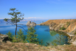 www.GetBg.net_2017Nature_Stone_cliffs_near_the_clear_waters_of_the_picturesque_Lake_Baikal__Russia_1