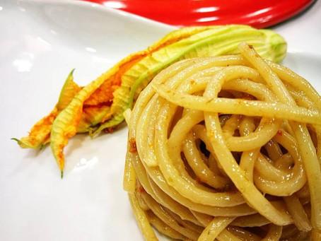 Spaghetti al tea ai frutti rossi con fiori di zucca e acciughe