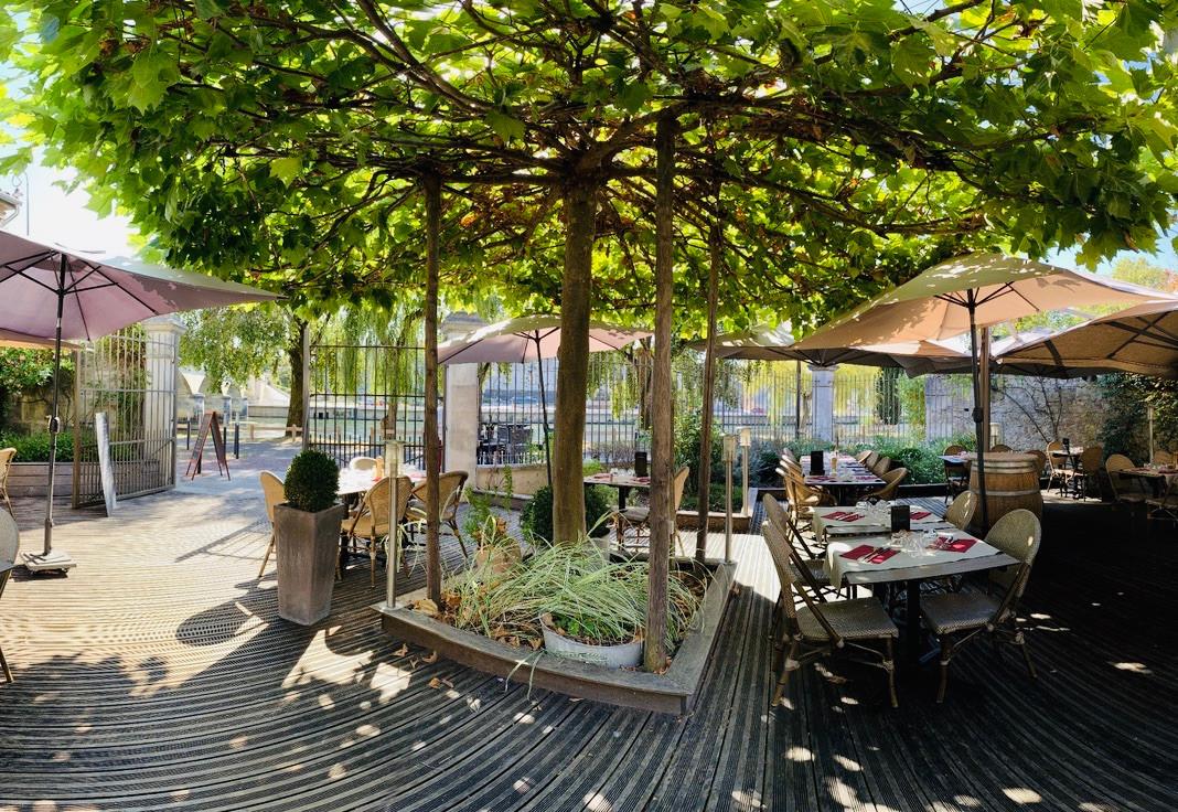 Terrasse ombragée Atelier des Quais Cognac