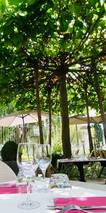 Table terrasse sous arbre Atelier des Quais