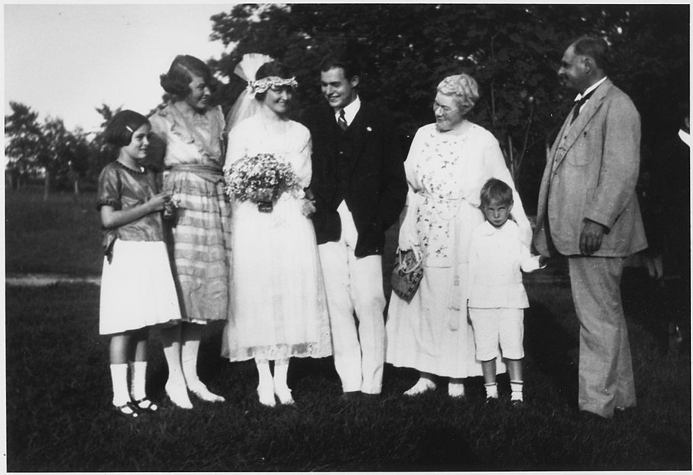 1024px-Ernest_Hemingway_Wedding_Photograph_September_3,_1921_-_NARA_-_192670