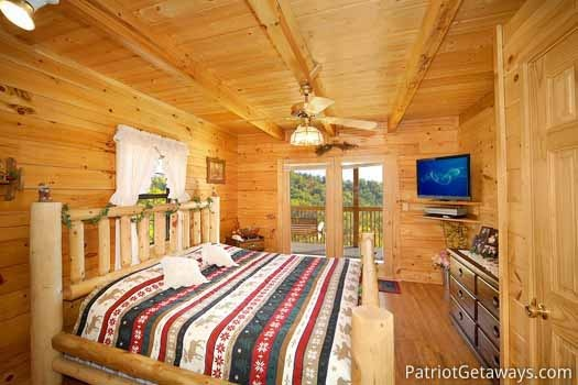 shy-bear-main-level-bedroom-with-king-size-bed-600x400