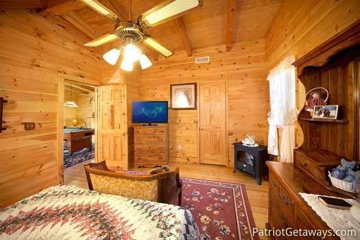 shy-bear-bedroom-on-second-floor-with-queen-bed-600x400