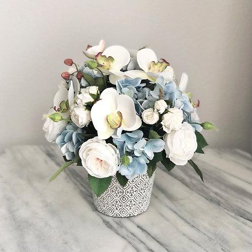 Kunstblumen Arrangement aus Rosen, Hortensien und Orchideen in einer Vase
