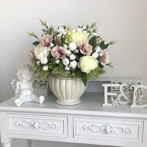 Grosses Blumenarrangement in einem Keramikgefäss