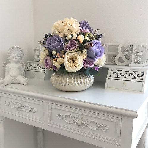 Kunstblumen -Arrangement in einer Vase