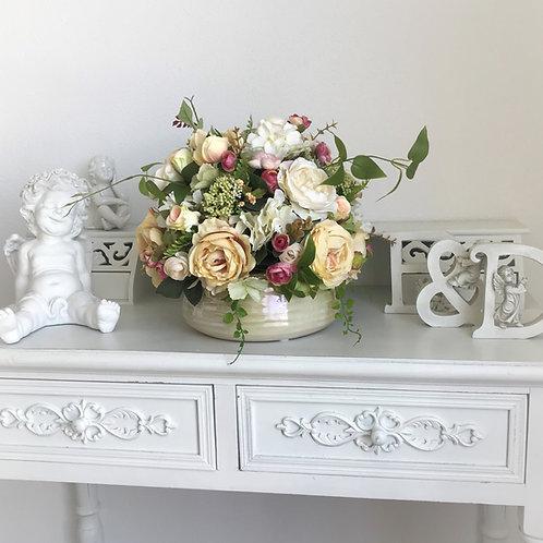 Künstliches Blumenarrangement in einer Vase