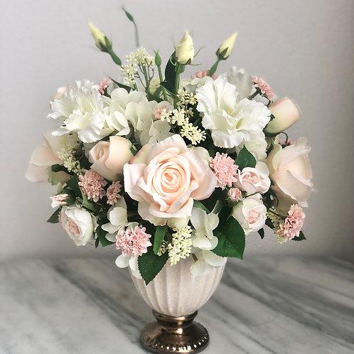 Wunderschönes Arrangement in einer Vase befestigt