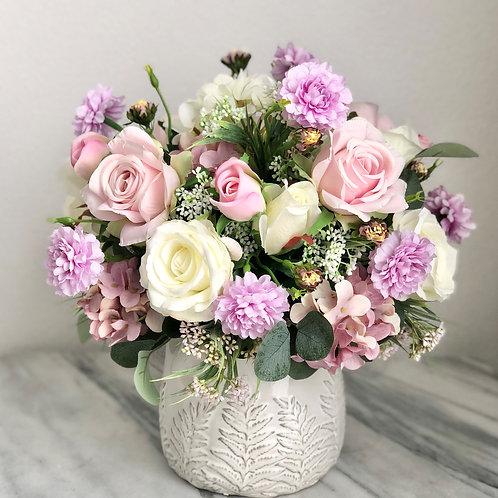 Kunstblumen Arrangement befestigt in einer Vase
