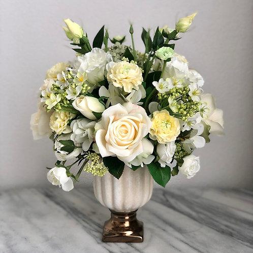 Kunstblumen Arrangement in einer Vase befestigt