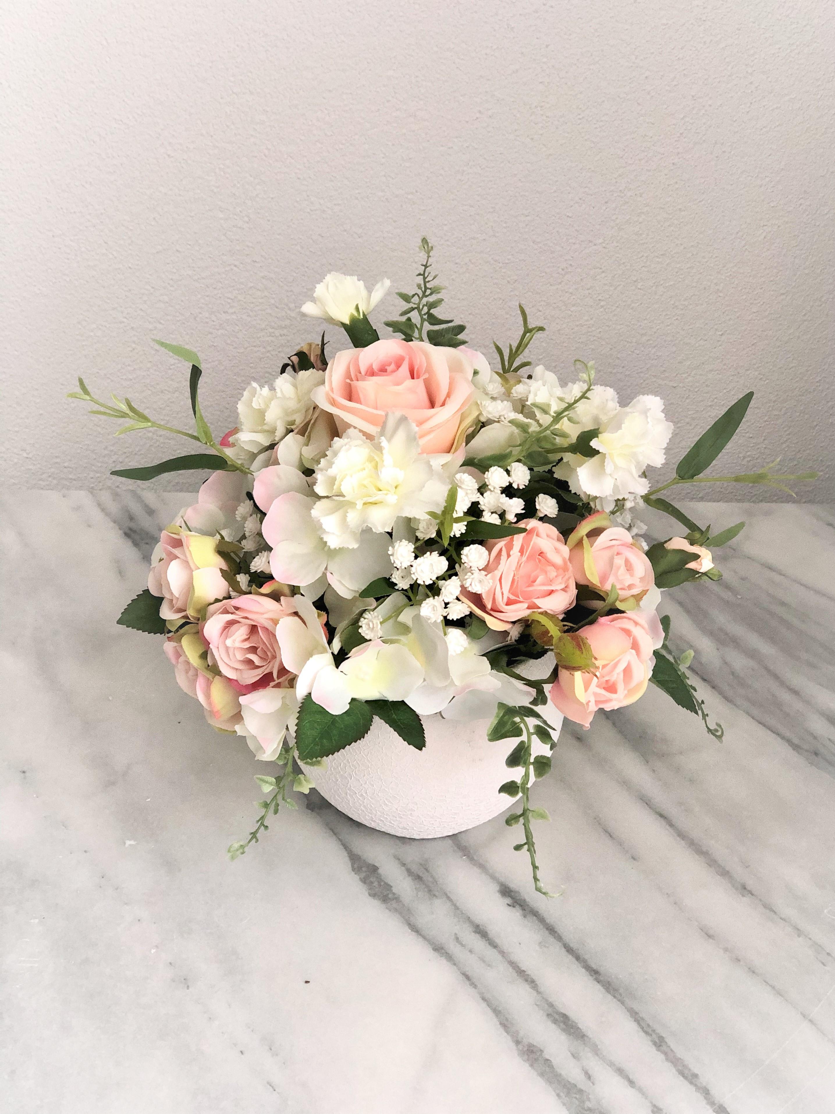 Arrangement in einer Vase auf dem Tisch