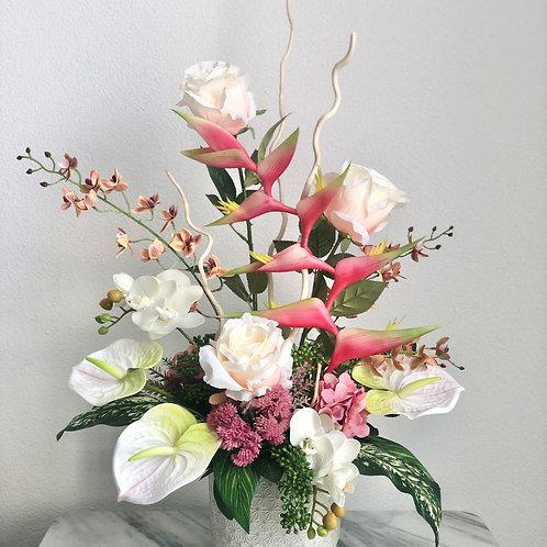 Arrangement in einer Vase mit tropischen Blumen