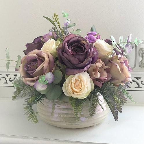 Kunstblumen Gesteck in einem Keramikgefäss