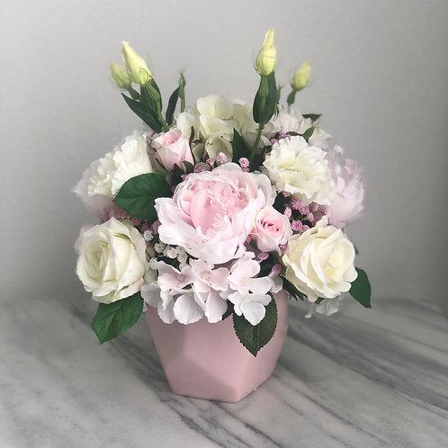 Seidenblumen Arrangement mit puderrosa Peonies in der Vase