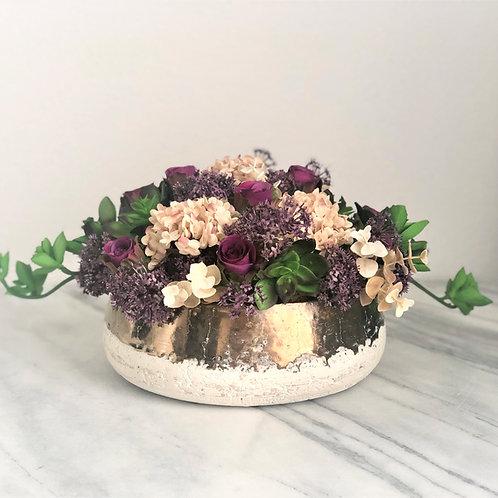 Künstliches Arrangement mit Sukkulenten und Rosen in einer Vase