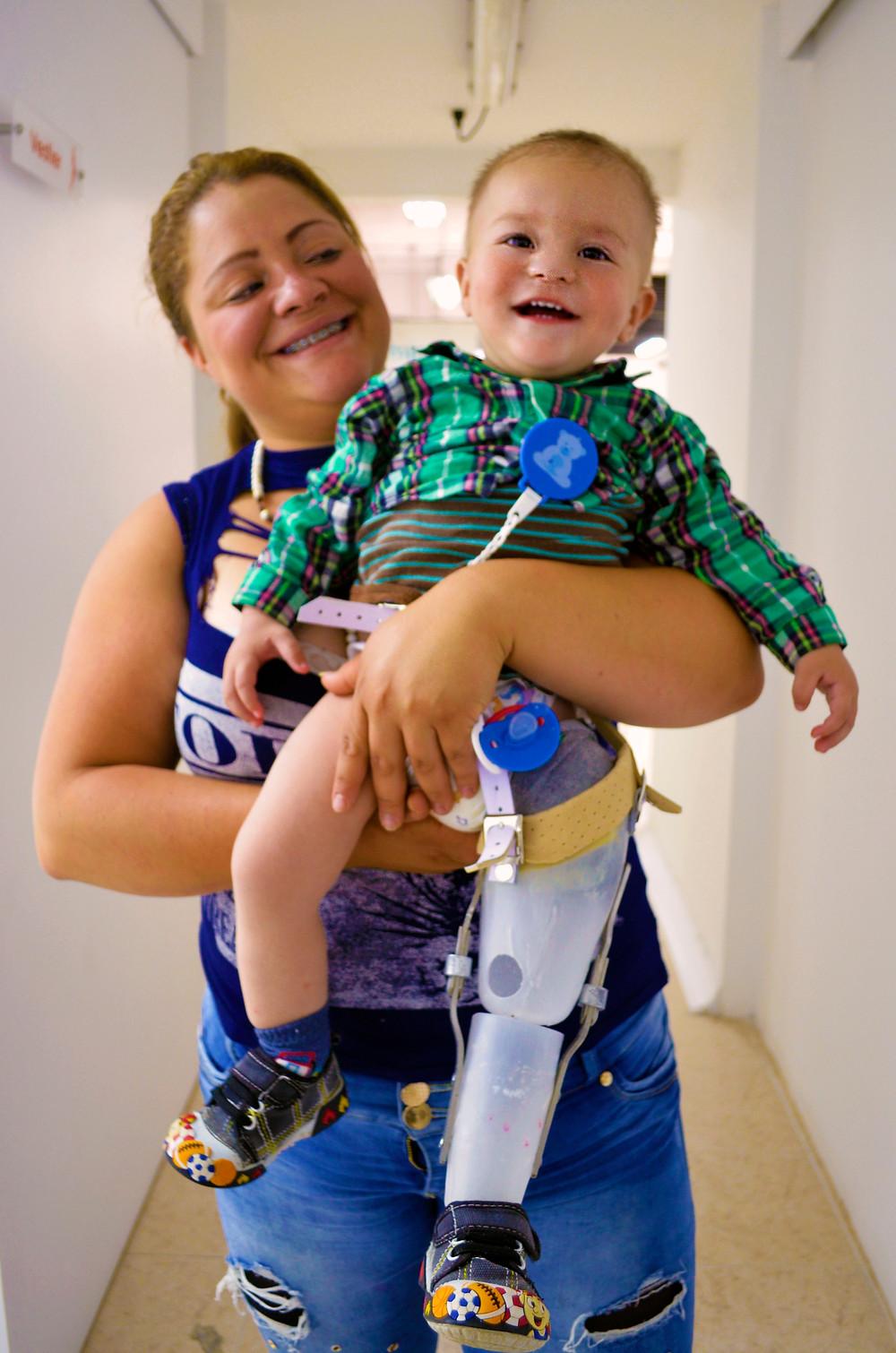 Jerónimo y su mamá sonríen con gran felicidad