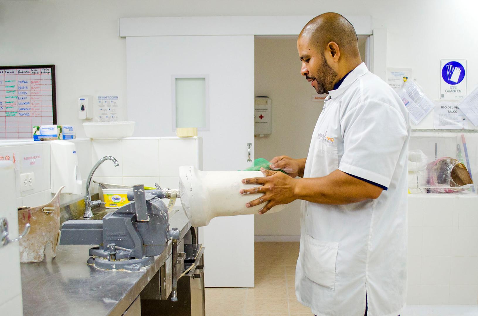 Jorge puliendo un molde