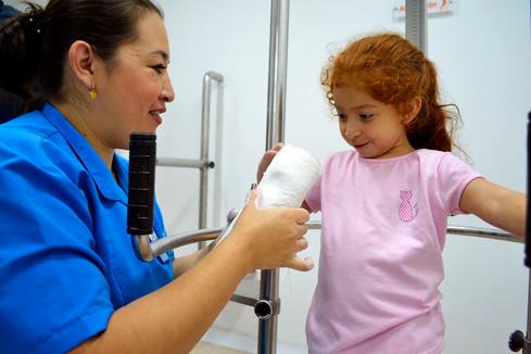 Sandra le muestra su molde a una niña