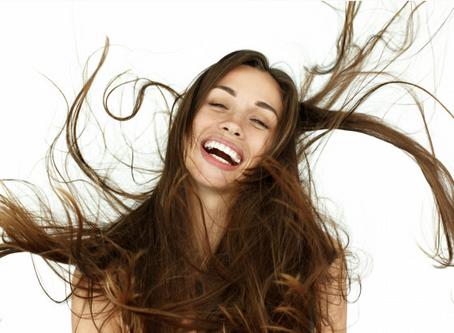11 Dinge, die Mädchen mit tollem Haar immer tun