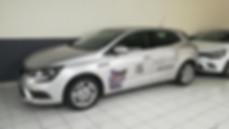 Découpe d'adhésifs et marquage publicitaire sur voiture