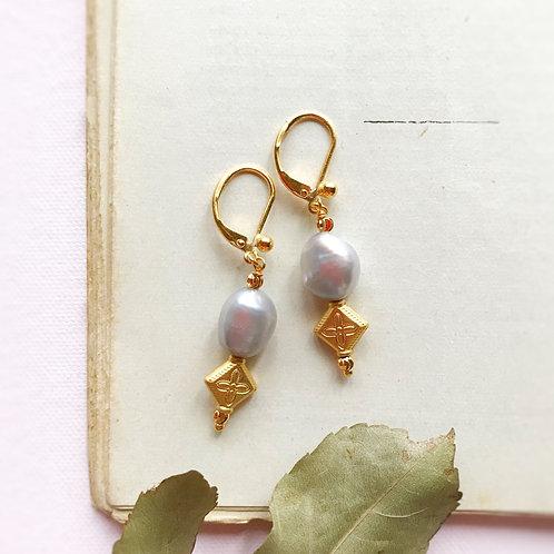 Pendulia con Perle di Fiume coltivate e formelle a motivo cruciforme