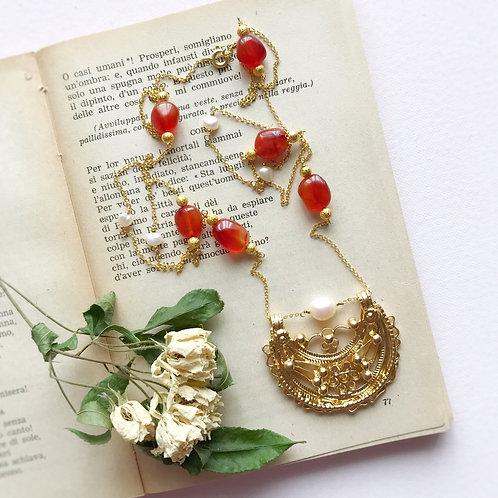 Lunula con sassi lisci di Corniola e piccole Perle di Fiume coltivate