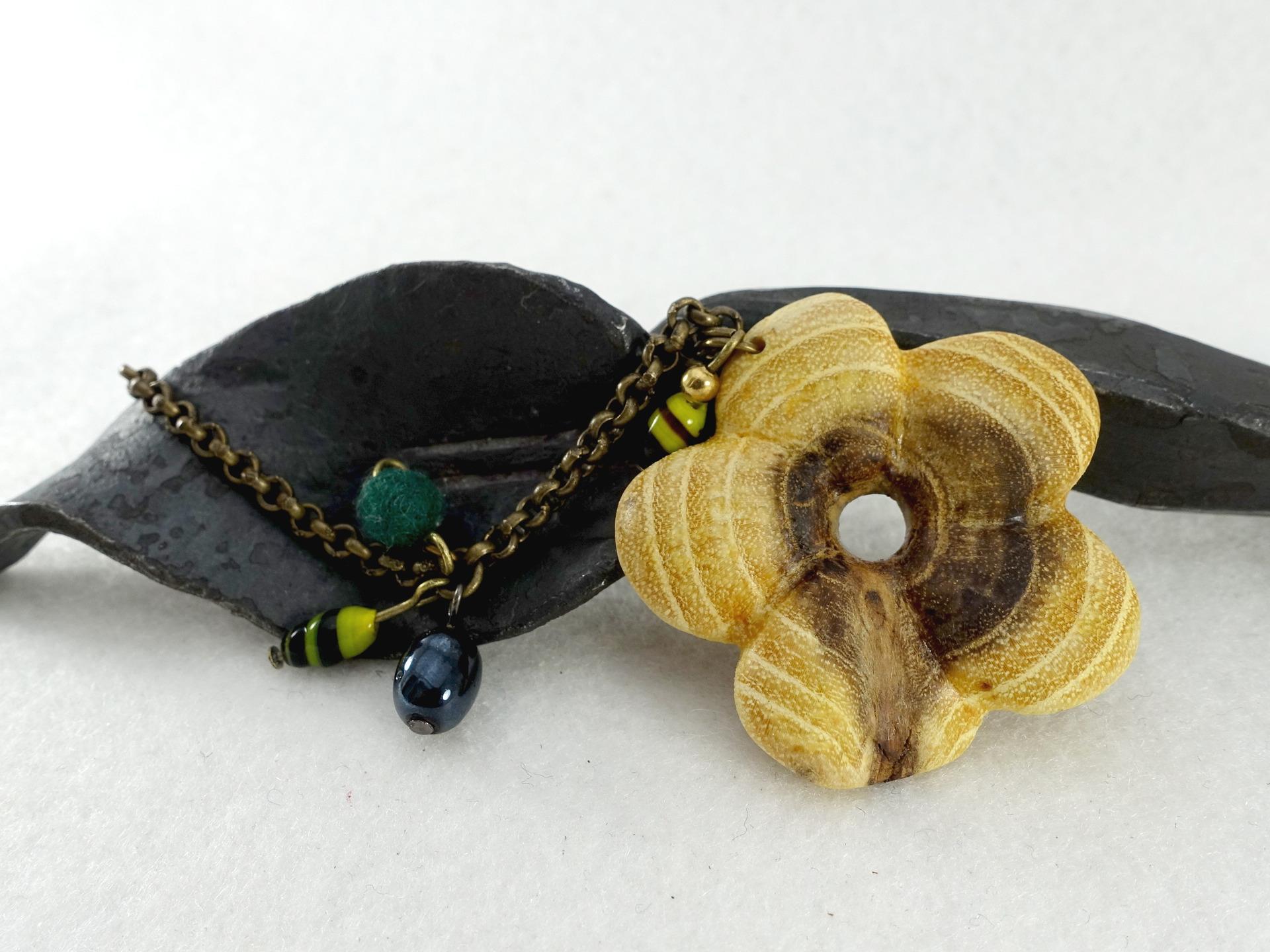 collier-sautoir-fleur-percee-en-bois-perl-17864582-sautoir-fleur-ra87c-6d527_big