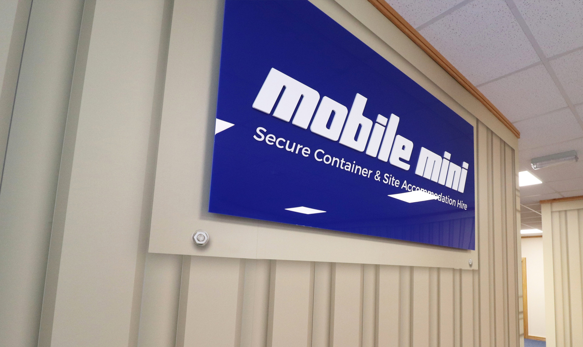 MobileMini_wall01.jpg