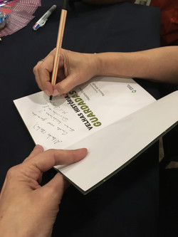 Autografar é sem um prazer.