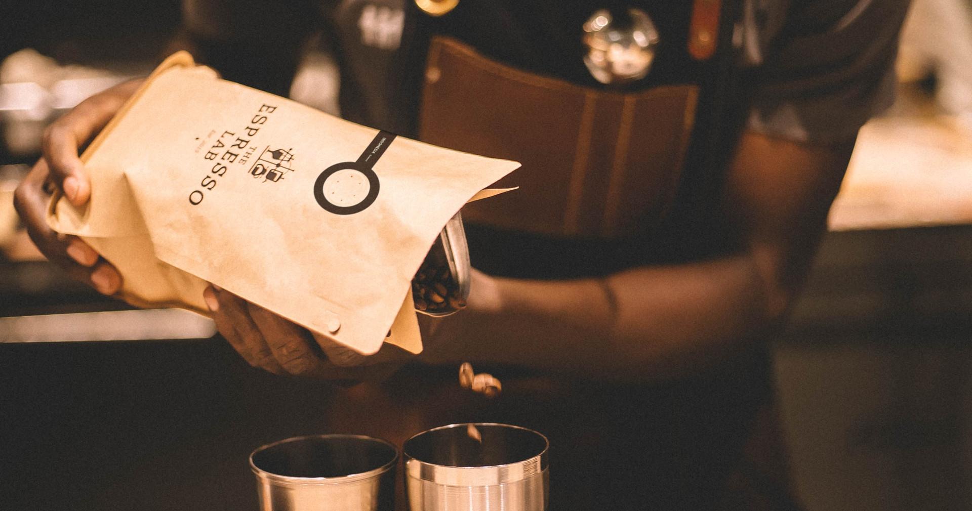 05 TLL Espresso Lab Bag Pouring beans.jp