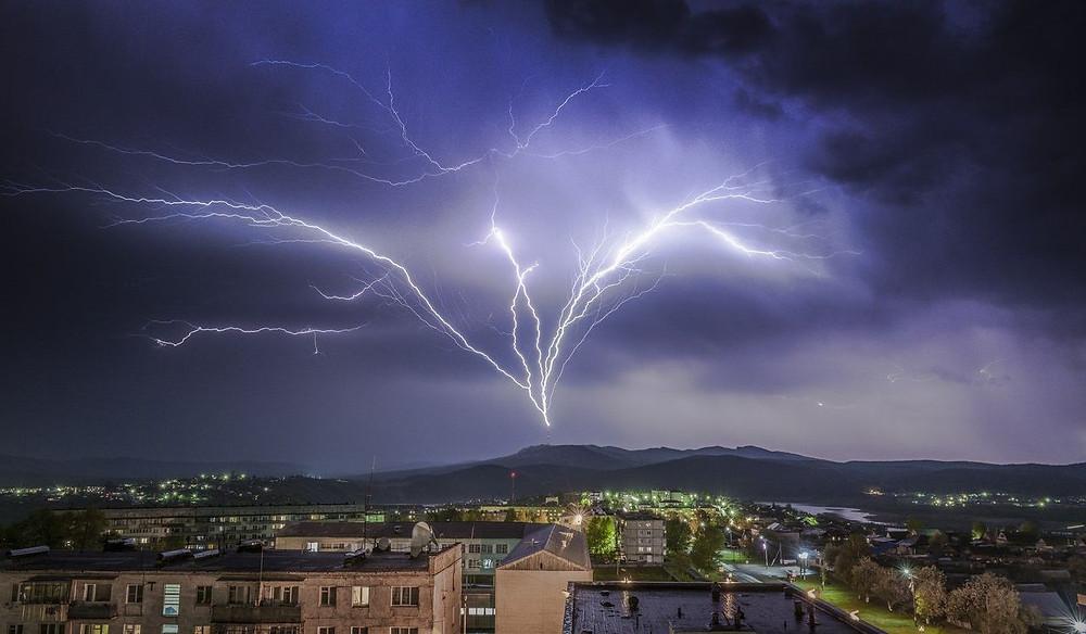 Восходящий разряд молнии из земли