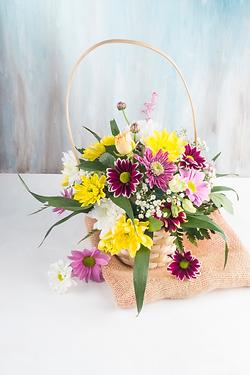 beautiful-bouquet-basket-placed-burlap_e