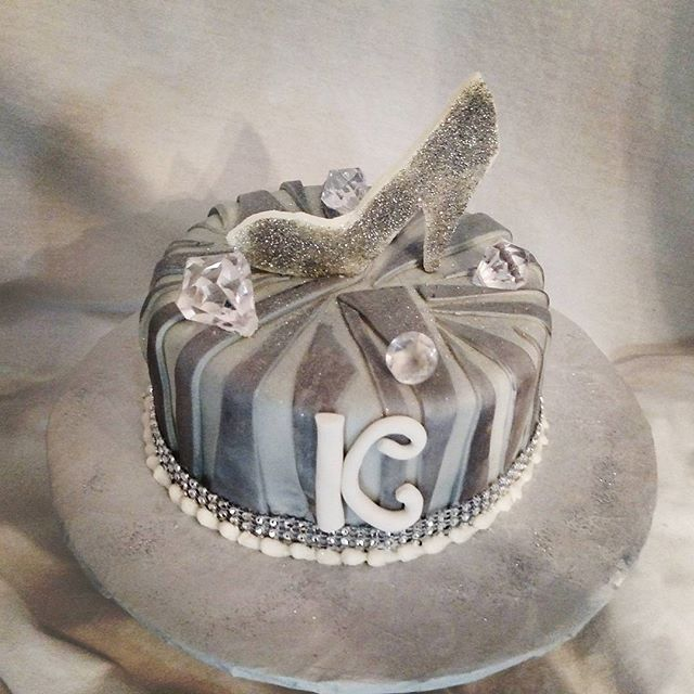 #sweetchefpastries #birthday #whitecake #vanillabuttercream #fondant #zebrastripes #silver #white #b
