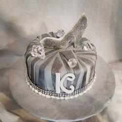 #sweetchefpastries #birthday #whitecake #vanillabuttercream #fondant #zebrastripes #silver #white #b