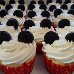 #sweetchefpastries #cupcakes #vanillacake #vanillabuttercream #oreos #mickeymouse #disney #mygym #yo