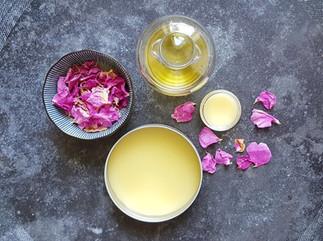Sinnliche Verführung mit Rosengelee, Duftöl und Rosencreme