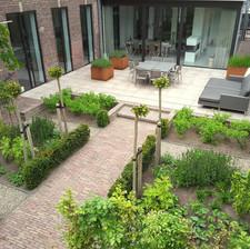 tuin met eiken tuinhuis