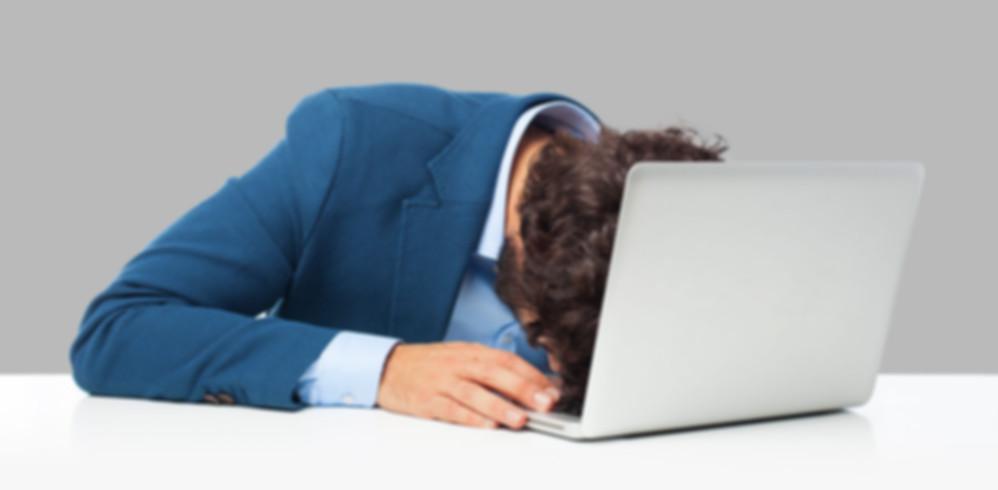 Mitarbeiter schläft am Arbeitsplatz.