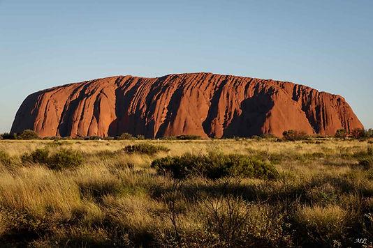 Uluru ou Ayers Rock et un inselberg en gré en Australie