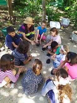niños en trabajando en huerto.jpg