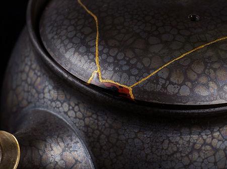 ремонт посуды, кинцуги, kintsugi, чайник, золото, лак уруси, япония, керамика, черный, красный