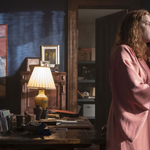"""""""La mujer en la ventana"""" (2021): Hitchcock, cine negro e hiperestilización"""