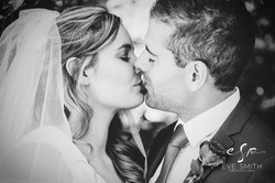Wedding photography by Eve Smith: Couple kissing