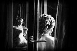Riflesso della sposa alla finestra