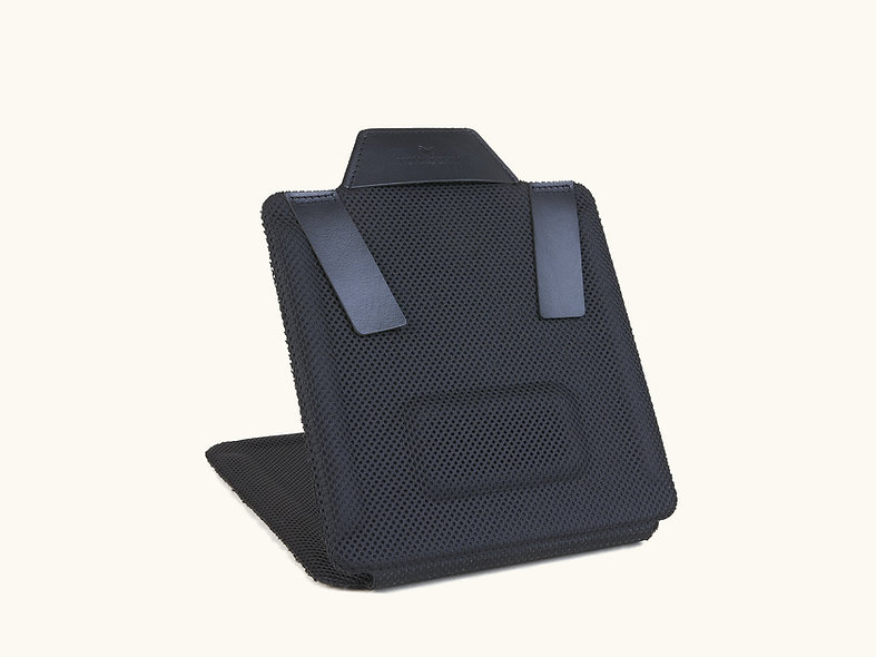 Le Roule Chemise Charbon de Nomadchik, planche de pliage mieux qu'un carton pour plier les chemises en 30 secondes