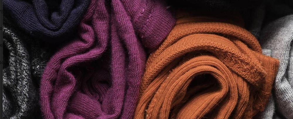 Nomadchik-Les 6 conseils indispensables pour préparer vos bagages - enroulez vos affaires comme le recommande Marie Kondo dans la méthode Konmari