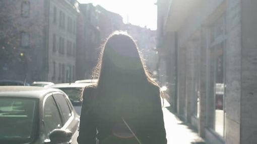 歩く女性.jpg