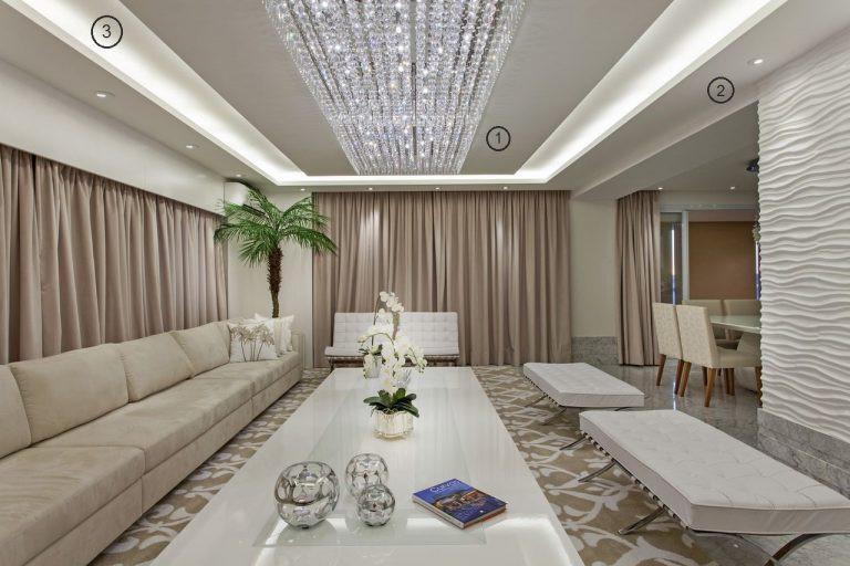 projeto de iluminação de sala de estar: lustre de cristal e sanca