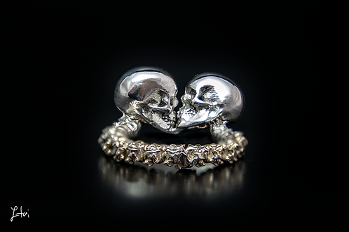 the Kissing Skulls ring