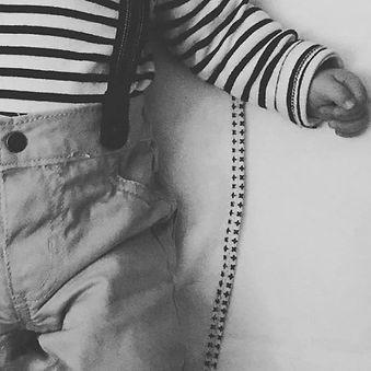 photo d'un bébé en noir et blanc